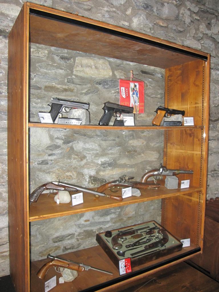 Musée Bâtiaz Armoire pistolet